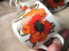 5 X VINTAGE RETRO BOLD DESIGN J&G MEAKIN CUPS WITH POPPY & CHRYSANTHEMUM FLOWERS